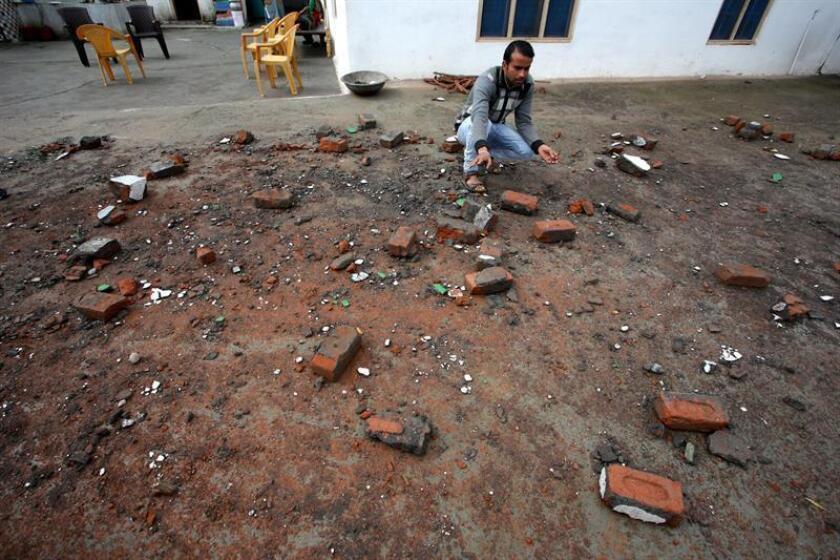 Un hombre permanece junto a las ruinas de una vivienda supuestamente destruida tras un bombardeo paquistaní, este lunes en Jammu, la capital de invierno de la Cachemira india. EFE