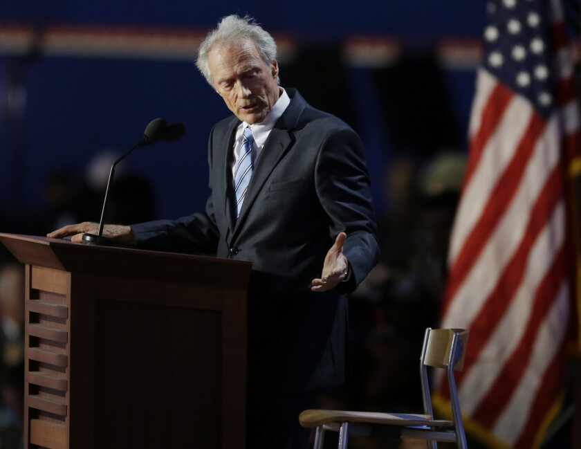 Clint Eastwood se dirige a una silla vacía en el Congreso Republicano de 2012.