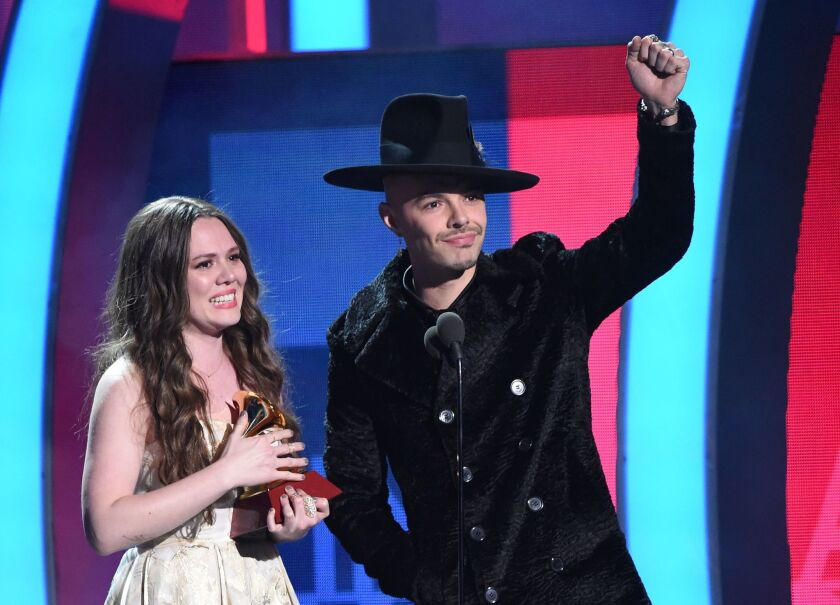 Joy Huerta y Jesse Huerta durante su triunfo en el Latin Grammy más reciente; ahora podrían llegar a una posición más elevada debido a su nominación en el Grammy.