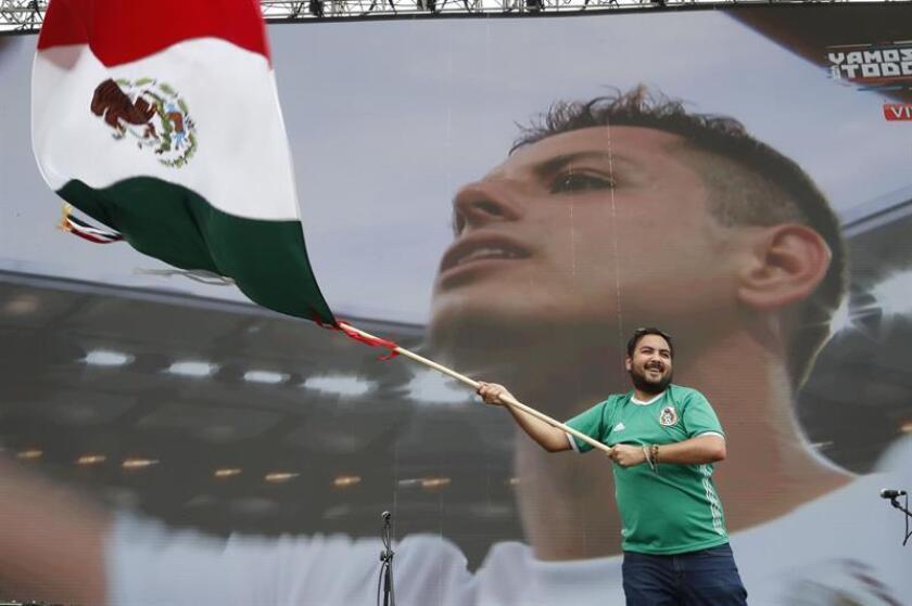 Un aficionado de México celebra la victoria de su equipo durante la transmisión del partido del Mundial de Rusia 2018 entre México y Corea del Sur hoy, sábado 23 de junio de 2018, en el Zócalo en Ciudad de México (México). EFE