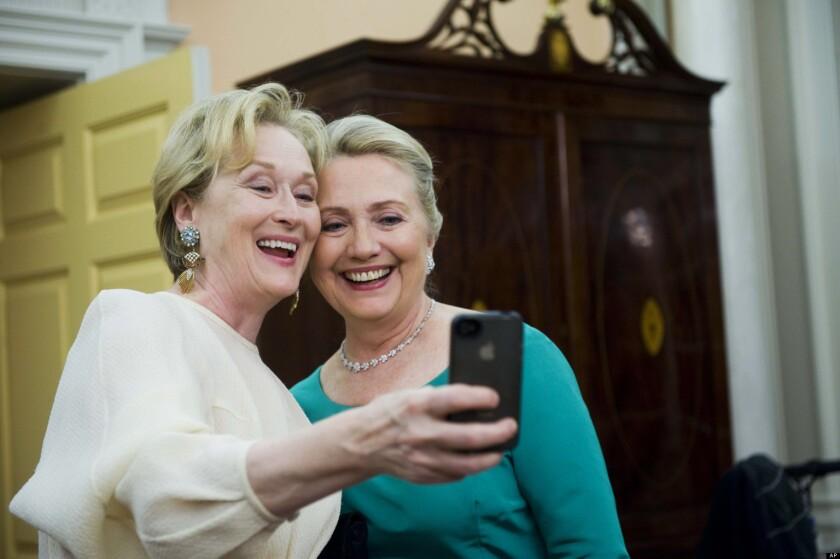 """La actriz estadounidense Meryl Streep se mostró hoy """"halagada"""" por la posibilidad de interpretar a Hillary Clinton en una eventual película biográfica, después de que la candidata demócrata se pronunciara a favor de esta idea."""
