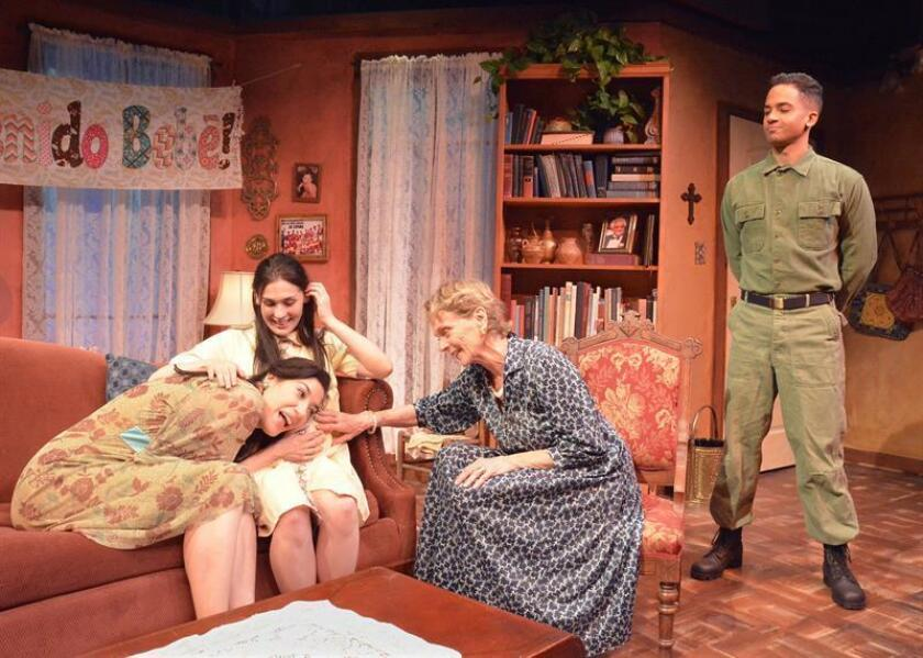 """Fotografía sin fechar cedida donde aparecen los actores Arianna Ortiz (i), Natalie Llerena (2-i), Margarita Lamas (2-d) y Alexander Pimentel (d) durante un ensayo de la obra """"Las madres"""", de la autora Stephanie Alison Walker, en el Teatro Skylight en Los Angeles, California (EE.UU.). EFE/Ed Krieger/Las Madres/SOLO USO EDITORIAL/NO VENTAS"""