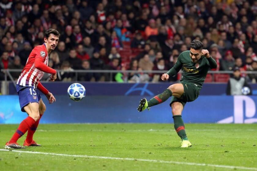 El delantero colombiano del Mónaco Radamel Falcao (d) intenta un lanzamiento ante el defensa montenegrino del Atlético de Madrid Stefan Savic, en el partido de Liga de Campeones, en el estadio Wanda Metropolitano. EFE