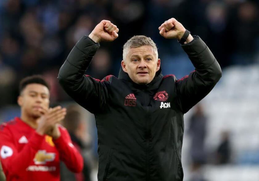 El entrenador del Manchester United Ole Gunnar Solskjaer celebra la victoria de su equipo en el King Power Stadium de Leicester, Reino Unido. EFE/EPA