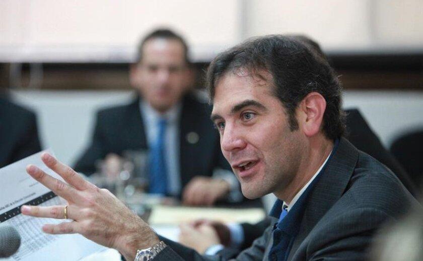 El presidente del Instituto Nacional Electoral (INE), Lorenzo Córdova, informó hoy que 110.000 mexicanos residentes en el extranjero, principalmente Estados Unidos, han solicitado credenciales de elector, de las que han entregado 90.000.