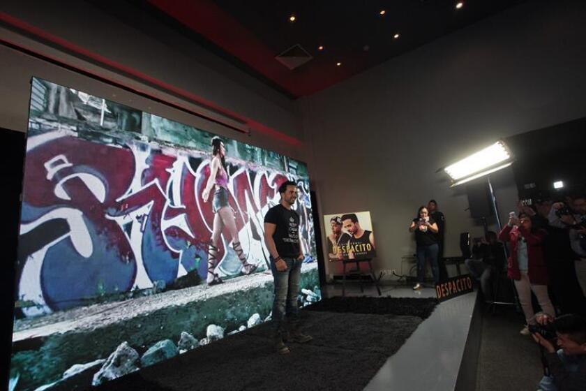 """El cantante puertorriqueño Luis Fonsi participa en una rueda de prensa hoy, miércoles 25 de enero de 2017, para promocionar su nuevo sencillo titulado """"despacito"""", en Ciudad de México (México) . EFE"""