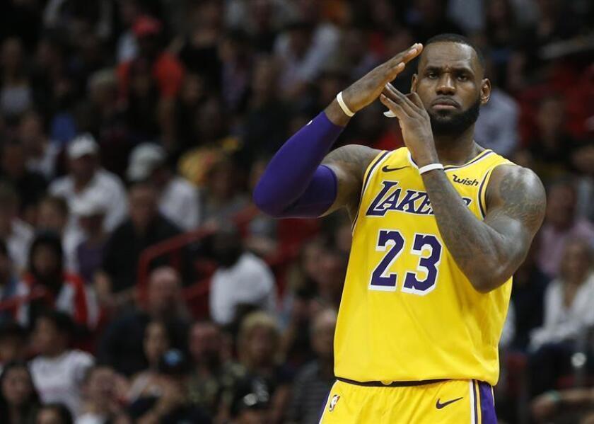 El jugador LeBron James de Los Angeles Lakers pide una falta técnica contra Josh Richardson (no se muestra) de los Heat de Miami durante el partido de baloncesto de la NBA entre los Heat de Miami y Los Angeles Lakers en el AmericanAirlines Arena en Miami, Florida (EE.UU.), hoy, 18 de noviembre de 2018. EFE