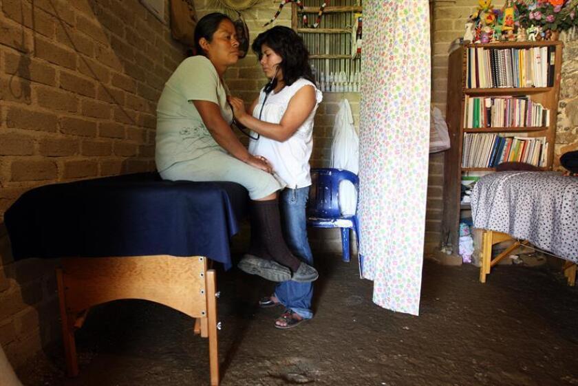 Aunque la tradicional figura de la partera se remonta a la época prehispánica, aún continúa muy vigente en las comunidades indígenas del sur de México, donde estas practicantes buscan un reconocimiento oficial. EFE/ARCHIVO