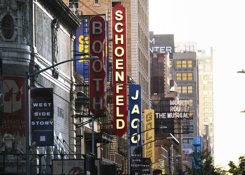 Teatros en la 45ª calle de Nueva York el 13 de mayo de 2020.