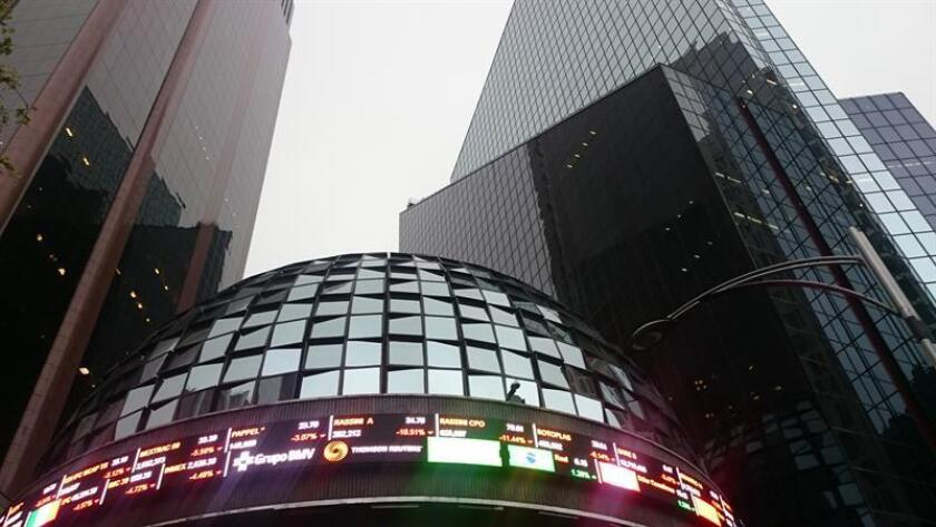 Fotografía del exterior de la Bolsa Mexicana de Valores, en Ciudad de México.