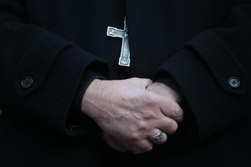 """Detalle de las manos de un sacerdote. La Corte Suprema de Pensilvania publicó esta semana un reporte de un gran jurado que documenta 300 supuestos casos de """"sacerdotes depredadores"""" sexuales en seis de las ocho diócesis del estado. EFE/Archivo"""