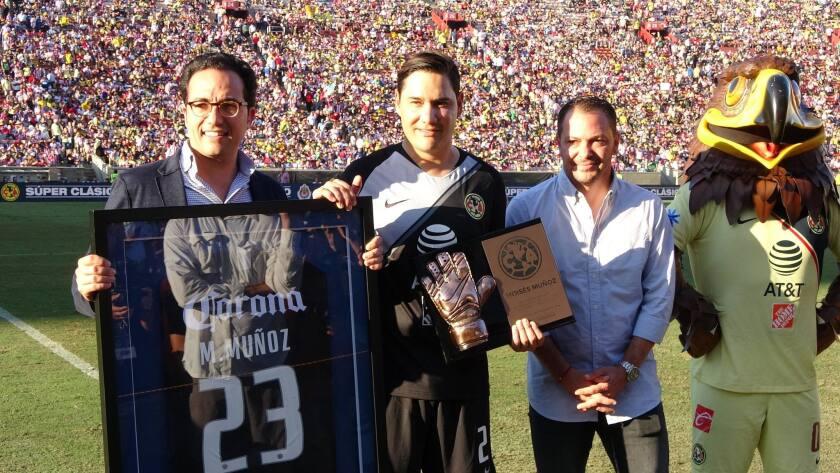 El michoacano Moises Muñozrecibió un reconocimiento especial en el partido del América ante Chivas en el Coliseo.