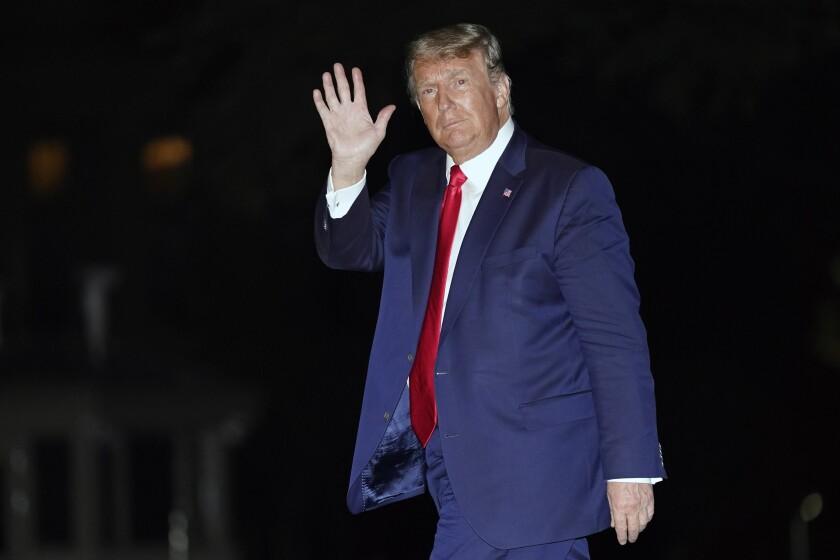 El presidente Donald Trump saluda