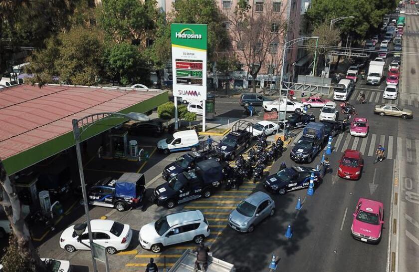 Conductores esperan para comprar gasolina hoy en Ciudad de México (México). EFE