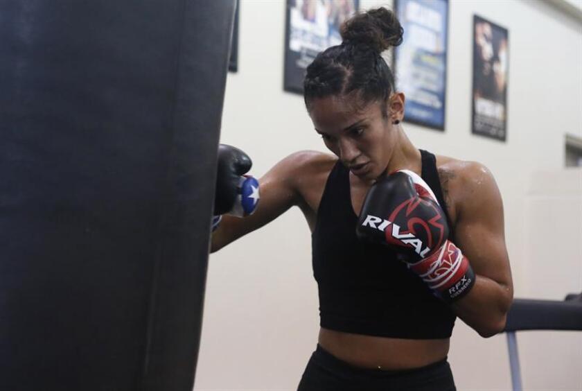 La boxeadora puertorriqueña Amanda Serrano participa en un entrenamiento en el gimnasio Félix Pagán Pintor del Barrio Amelia en Guaynabo (Puerto Rico). EFE/Archivo