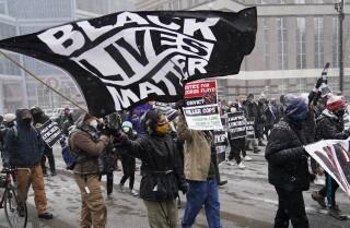 Manifestants de el moviment Black Lives Matter participen en una marxa pel centre de Minneapolis el 15 de març de l'2021. la causa contra les injustícies racials té un nou i inesperat patrocinador: les empreses privades, que han donat més que ningú a iniciatives a favor de la justícia social. (AP Photo / Jim Mone)