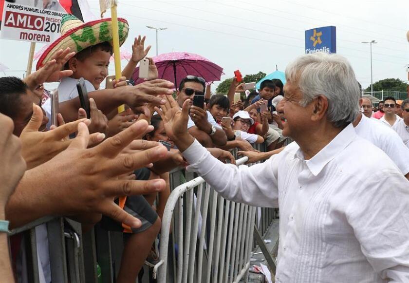 Fotografía cedida por el equipo de prensa del candidato izquierdista del Movimiento Regeneración Nacional (Morena), Andrés Manuel López Obrador, durante un acto de campaña en Cancún, Quintana Roo (México). EFE/Morena /SOLO USO EDITORIAL / NO VENTAS