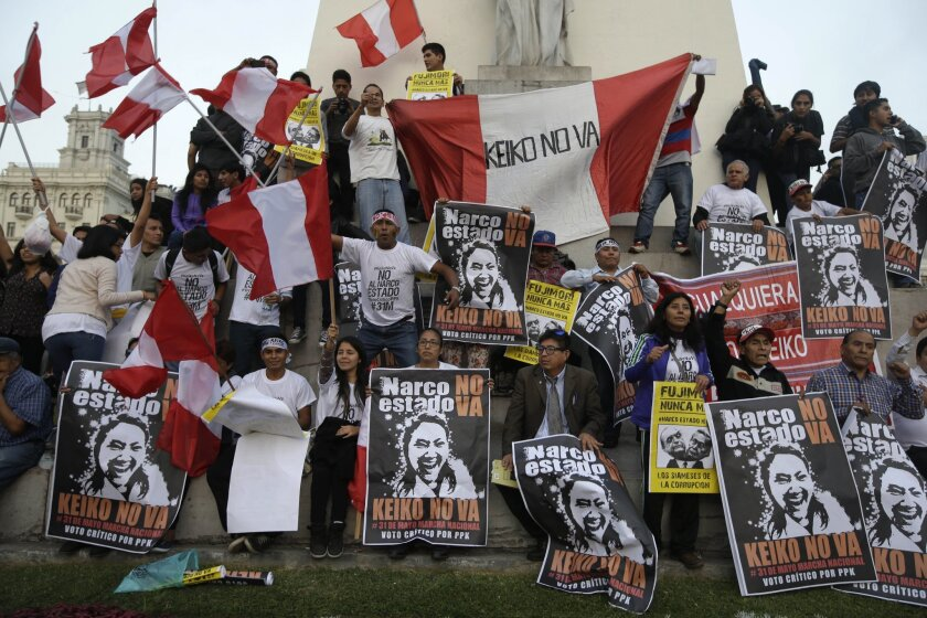 Manifestantes sostienen afiches contra la candidata presidencial Keiko Fujimori en la Plaza San Martín del centro de Lima, Perú, el martes 31 de mayo de 2016. (AP foto/Martín Mejía)