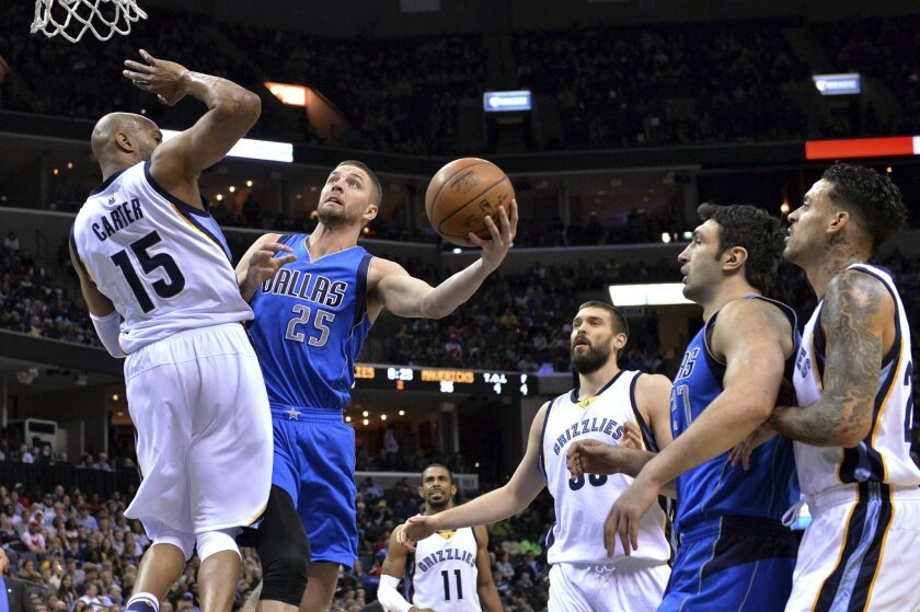 Dallas Mavericks forward Chandler Parsons (25) shoots against Memphis Grizzlies guard Vince Carter (15) during the first half of an NBA basketball game Saturday, Feb. 6, 2016, in Memphis, Tenn. (AP Photo/Brandon Dill)