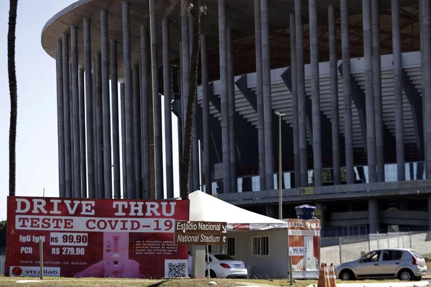 Un puesto donde se realizan pruebas de COVID-19 frente al Estadio Nacional de Brasilia.