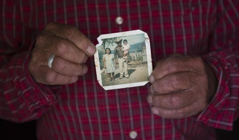 En esta foto del 26 de julio de 2016, Pablo Ibarra, de 75 años, posa y sostiene una imagen familiar tomada en 1980, en la cual está él con su esposa Francisca Santiago y su hijo Pablo, en Santa Ana, en el estado de Oaxaca, en el sur de México. En sus 46 años de matrimonio, Pablo y Francisca han tenido ocho hijos y varios nietos. Pero pensaban que nunca podrían casarse en una ceremonia religiosa, hasta que el 8 de diciembre de 2015 entraron en vigor las reformas promovidas por el papa Francisco sobre el proceso de anulación. (AP Foto/Nick Wagner)