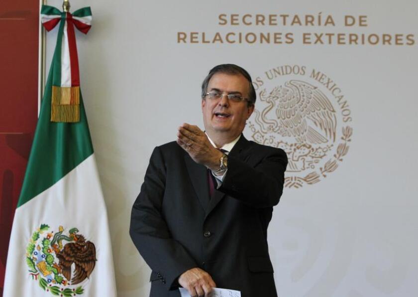 El Ministro de Relaciones Exteriores de México, Marcelo Ebrard (c), se dirige a una conferencia de prensa en la Ciudad de México, el 04 de agosto de 2019. EFE/Mario Guzman