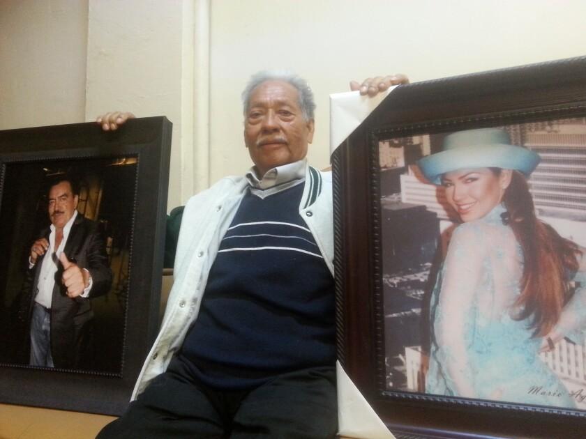 Mario Aguilar muestra dos de las fotografías, donde aparece Thalía y Joan Sebastian, que expondrá en Diana's Restaurant este domingo 1 de mayo de 2016, en Huntington Park.