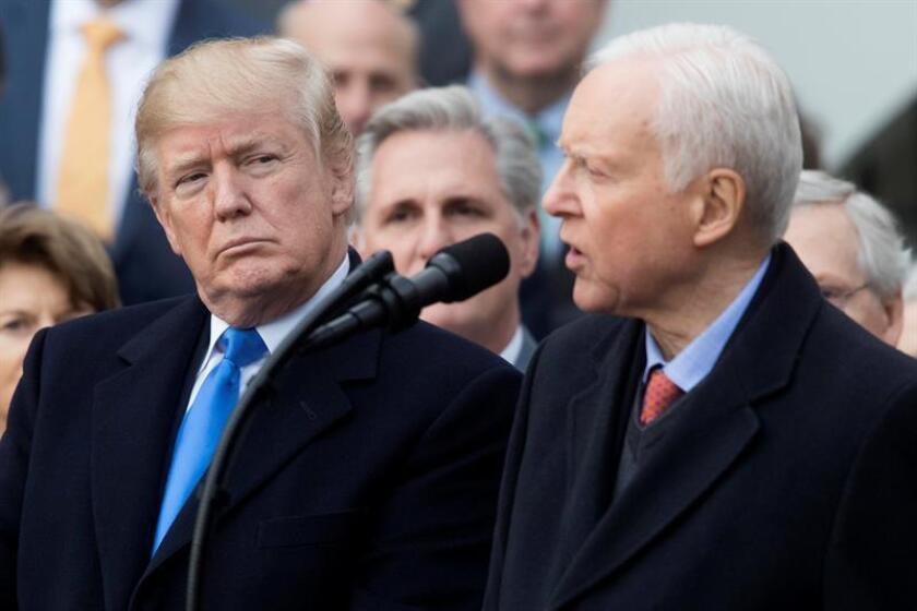 El presidente de los Estados Unidos, Donald Trump (i), escucha al senador republicano de Utah y presidente del Comité de Finanzas del Senado, Orrin Hatch (d), durante un evento. EFE/Archivo
