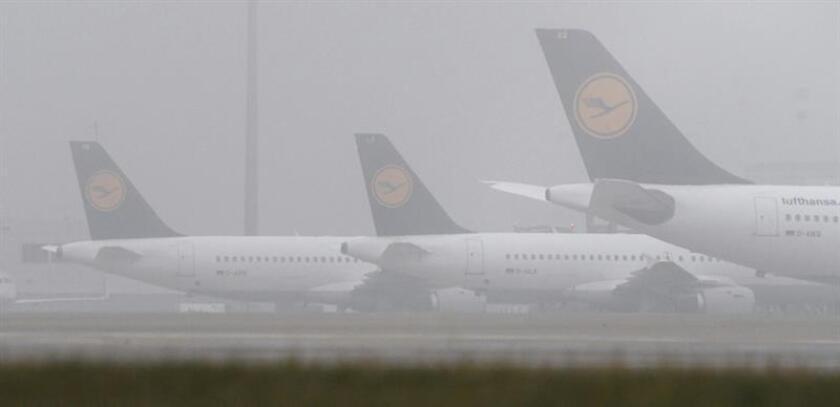 Aviones de la compañía aérea Lufthansa permanecen aparcados en el aeropuerto de Múnich (Alemania). EFE/Archivo