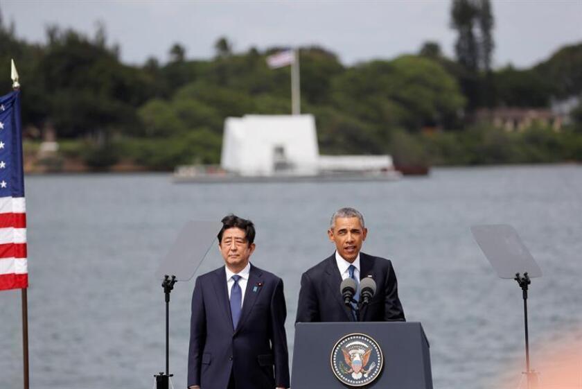 El presidente estadounidense, Barack Obama (d), y el primer ministro japonés, Shinzo Abe (i), durante una rueda de prensa tras visitar hoy, 27 de diciembre de 2016, el USS Arizona Memorial en Pearl Harbor (Hawai) como gesto de reconciliación, tras el ataque japonés a esa base naval que forzó a EE.UU. a entrar en la II Guerra Mundial. EFE
