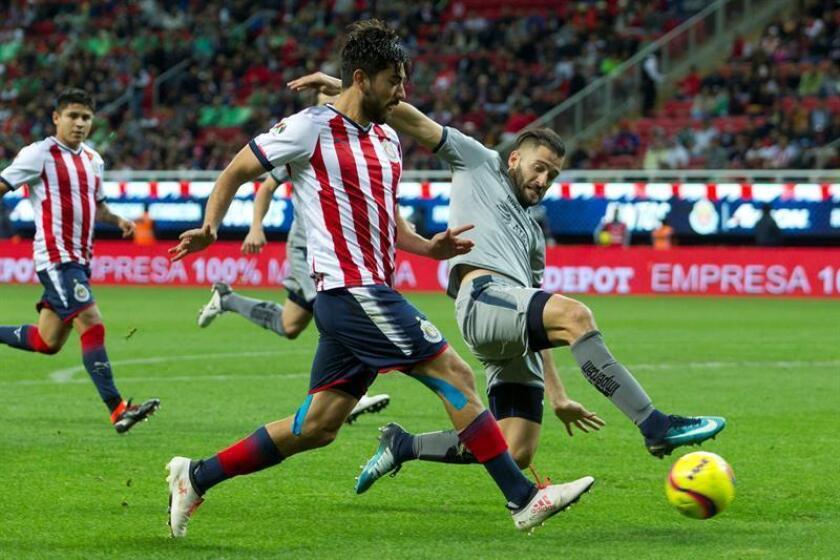 El jugador de Chivas Rodolfo Pizarro (i) disputa el balón con Nicolás Sánchez (d) de Monterrey, durante un partido. EFE/Archivo