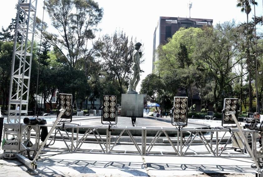 En la Plaza Río de Janeiro, en la Colonia Roma, se exhibirá al público la película a las 16:00 horas, para después, a las 18:00 horas, enlazarse a la alfombra del Teatro Dolby, en Los Ángeles, donde será la gala hollywoodense.