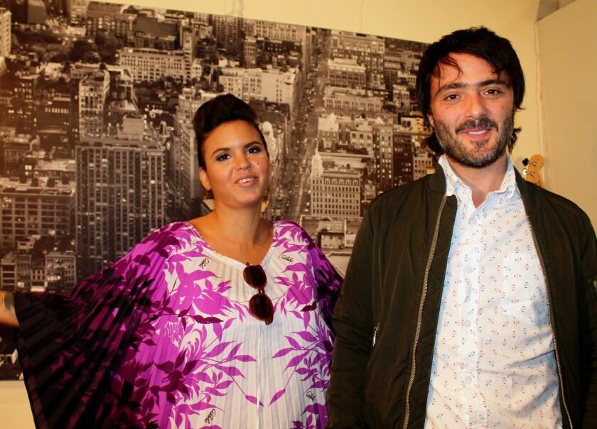 Liliana Saumet y Simón Mejía, del grupo colombiano Bomba Estéreo, durante una reciente visita al Centro de Los Ángeles.