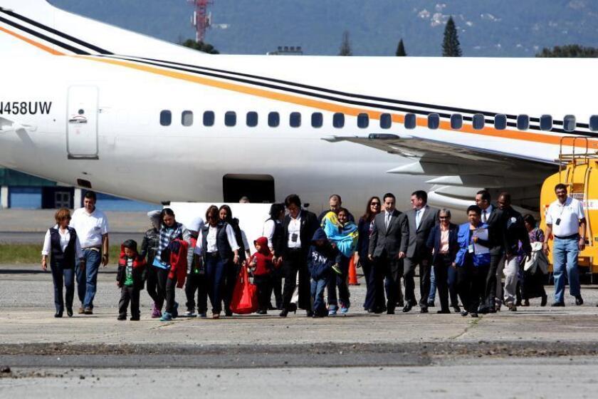 Catorce personas, cuatro madres y 10 niños deportados de Estados Unidos hacia Guatemala, caminan por la pista del aeropuerto internacional La Aurora de Guatemala, el miércoles 6 de enero de 2016. Las catorce personas fueron deportadas por una orden de juez estadounidense después de redadas efectuadas en Georgia, Estados Unidos. EFE/Esteban Biba/Archivo