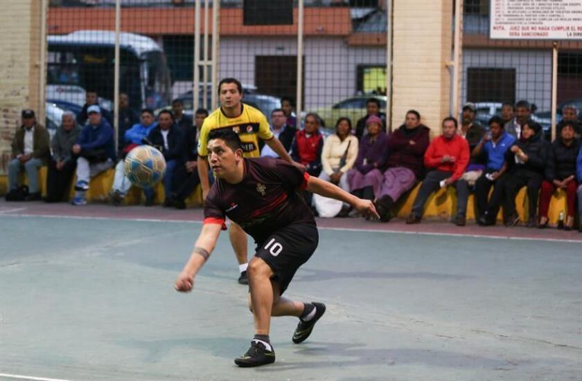 Fotografía del 4 de diciembre del 2018 de un juego de Ecuavóley o Vóley Criollo en Quito (Ecuador). EFE