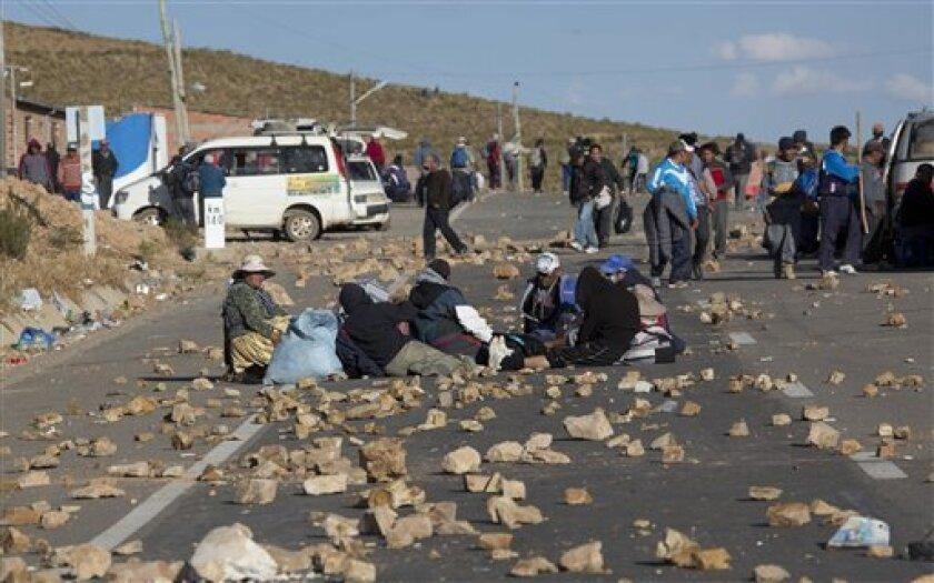 Mineros artesanales en huelga bloquean el tráfico en Panduro, Bolivia, el martes 23 de agosto de 2016. Miles de mineros independientes reanudaron sus protestas con bloqueos de carreteras donde se enfrentaron con la policía, tras lo cual varias personas quedaron heridas y una falleció. El fiscal general de Bolivia advirtió que no es posible confirmar si un viceministro boliviano secuestrado el jueves 25 de agosto de 2016 por manifestantes tras la muerte de dos mineros en choques con la policía ha fallecido o no, a pesar de que un periodista dijo que lo vio sin vida.
