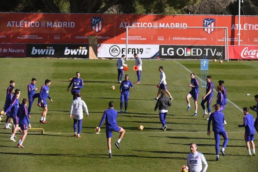 Los jugadores del Atlético de Madrid durante el último entrenamiento para preparar el partido de la decimoquinta jornada de Liga que les enfrenta al Alavés, en el Wanda Metropolitano. EFE