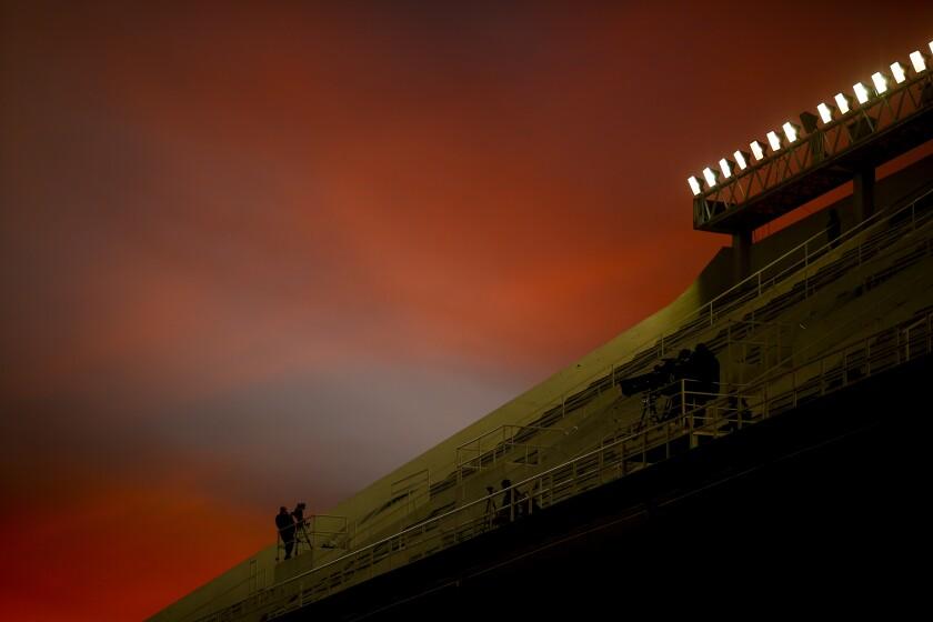 Un reportero aguarda en las gradas vacías de un estadio de Buenos Aires