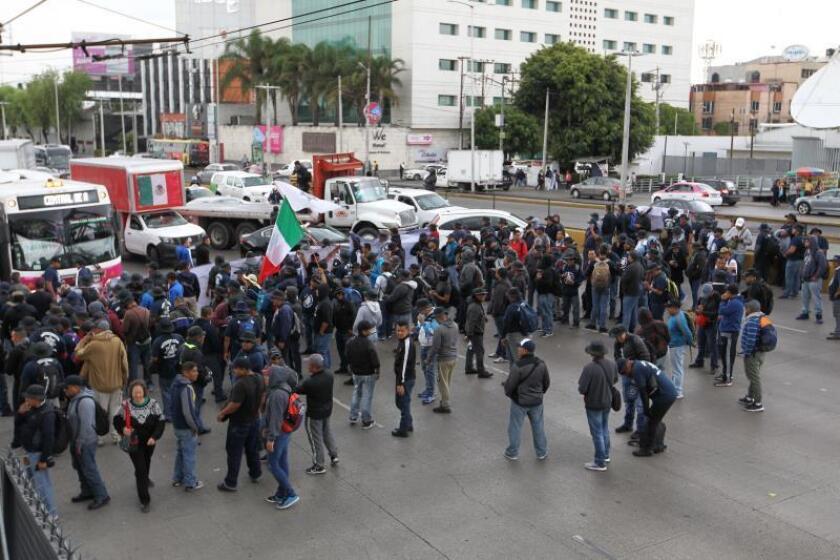Decenas de policías federales bloquean las calles aledañas al Aeropuerto Internacional de Ciudad de México (AICM), cerca de la Terminal 1, para exigir una indemnización al Gobierno de México, en Ciudad de México (México). EFE/ Mario Guzmán