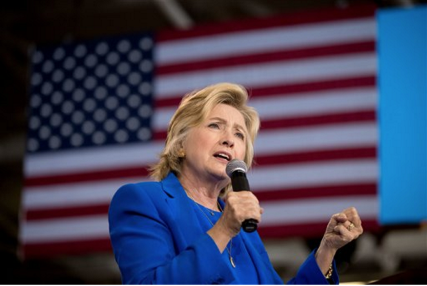 ARCHIVO - En esta fotografía de archivo, la candidata presidencial demócrata Hillary Clinton habla en un mitin de campaña en Charlotte, Carolina del Norte. (AP Foto/Andrew Harnik, archivo)