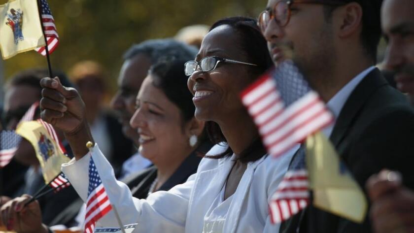 Una pareja habla acerca de convertirse en ciudadanos de los EE.UU. una semana después de que Trump ganara la presidencia.