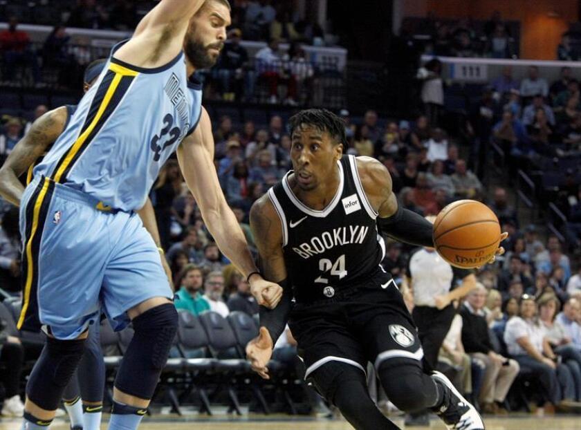 Marc Gasol (i), de los Grizzlies de Memphis, fue registrado este domingo al intentar impedir el avance de Rondae Hollis-Jefferson (d), de los Nets de Brooklyn, durante un partido de la NBA, en el FedExForum de Memphis (Tennessee, EE.UU.). EFE