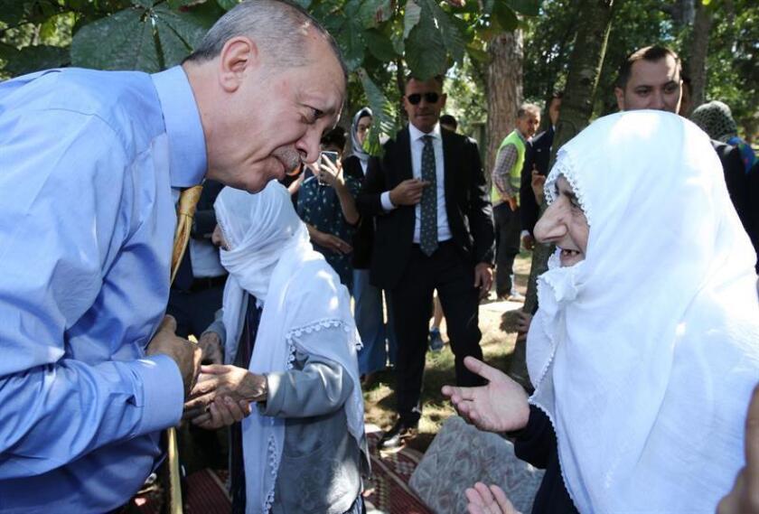 Fotografía cedida por la Oficina de Prensa de la Presidencia de Turquía, del presidente de Turquía, Recep Tayyip Erdogan (i), durante un encuentro con ciudadanos en un parque, en Estambul (Turquía) EFE/PRENSA PRESIDENCIA TURQUÍA/SOLO USO EDITORIAL