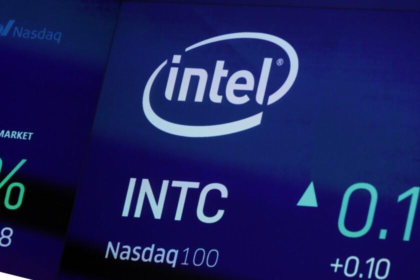 El símbolo de Intel en la pantalla de Nasdaq MarketSite, el 1 de octubre de 2019, en Nueva York. (AP Foto/Richard Drew, File)