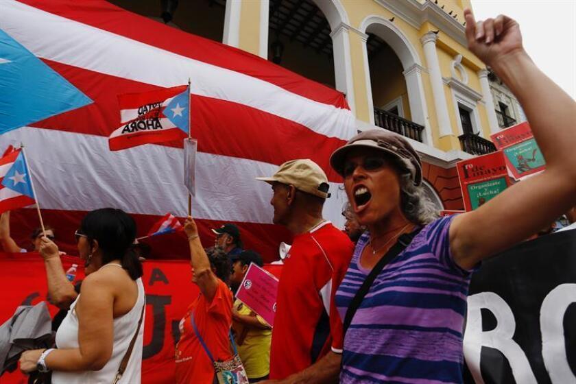 El Frente Amplio en Defensa de la Educación Pública (FADEP) anunció hoy que el primero de mayo no habrá clases y que el magisterio y las comunidades escolares marcharán desde el Departamento de Educación hasta la Milla de Oro, el sector financiero de la capital de Puerto Rico. EFE/Archivo