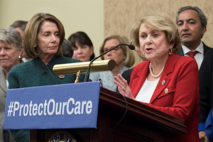 La representante demócrata de Nueva York Louise Slaughter (d) habla junto a líder de la minoría demócrata en la Cámara Baja, Nancy Pelosi (i). EFE/Archivo