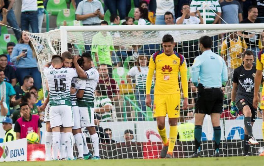 Jugadores de Santos Laguna celebran un gol ante Águilas del América. EFE/Archivo