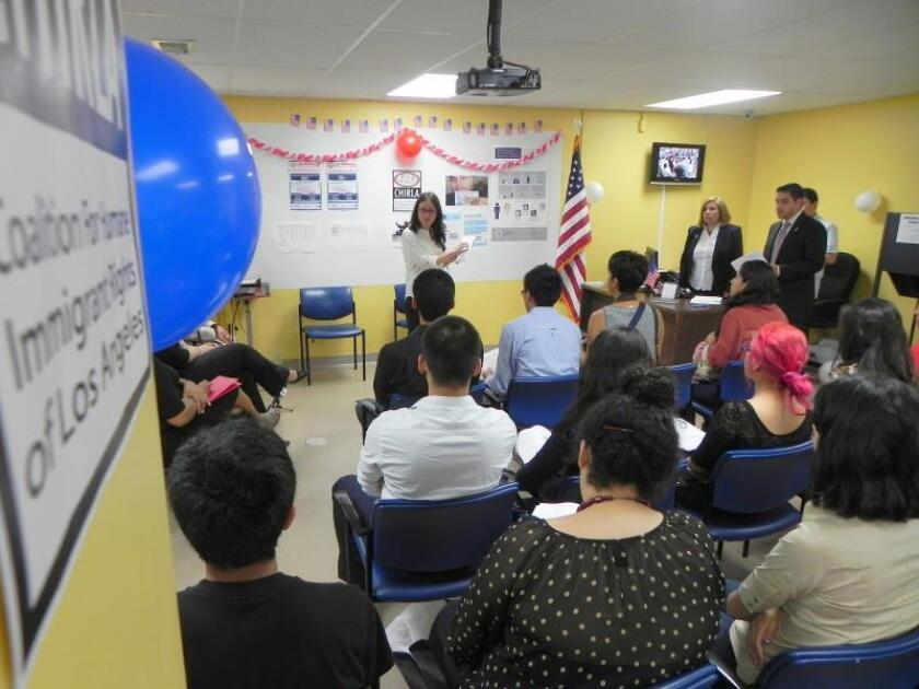 La investigadora Nancy Guarneros (izq.), estudiante de posgrado, presenta los resultados de un estudio en el que se analizó la información de los cerca de 2.000 aplicantes del programa de Acción Diferida para los Llegados en la Infancia (DACA) junto a la directora ejecutiva de la Coalición por los Derechos Humanos de los Inmigrantes de Los Ángeles (CHIRLA), Angélica Salas (c dcha.), y el coordinador de los servicios legales de la misma Luis Pérez (dcha.), el miércoles 12 de junio 2013, en la sede de la Coalición en Los Ángeles, California. EFE/Luis Uribe/Archivo
