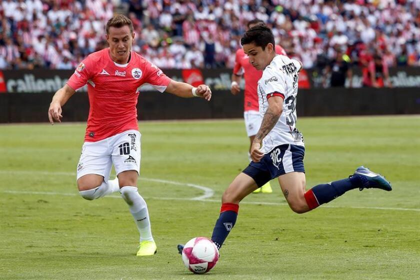 PUEBLA (MEXICO), 21/10/2018.- PLayers Abraham Gonzalez (L) from Lobos BUAP and Edson Torres (R) from Chivas duel for the ball. Oct. 21, 2018. EPA/EFE/Hilda Ríos/FILE
