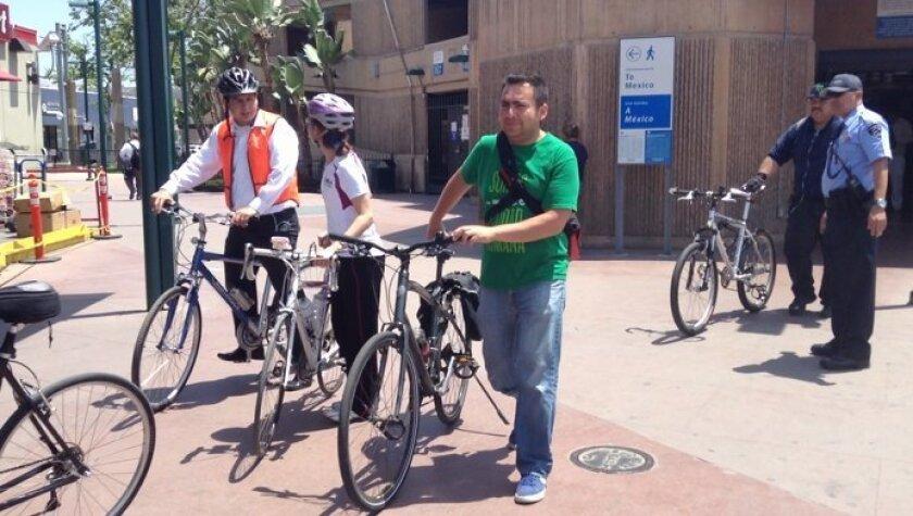 Varios ciclistas cruzaron en bicicleta la frontera el viernes 17 de mayo.Alexandra Mendoza • Enlace